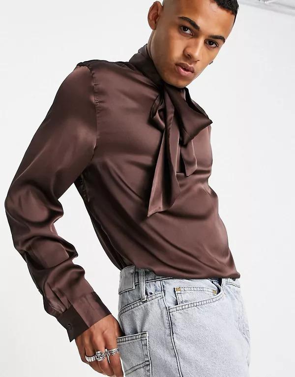 Camisa marrón con lazada en el cuello de satén de ASOS DESIGN