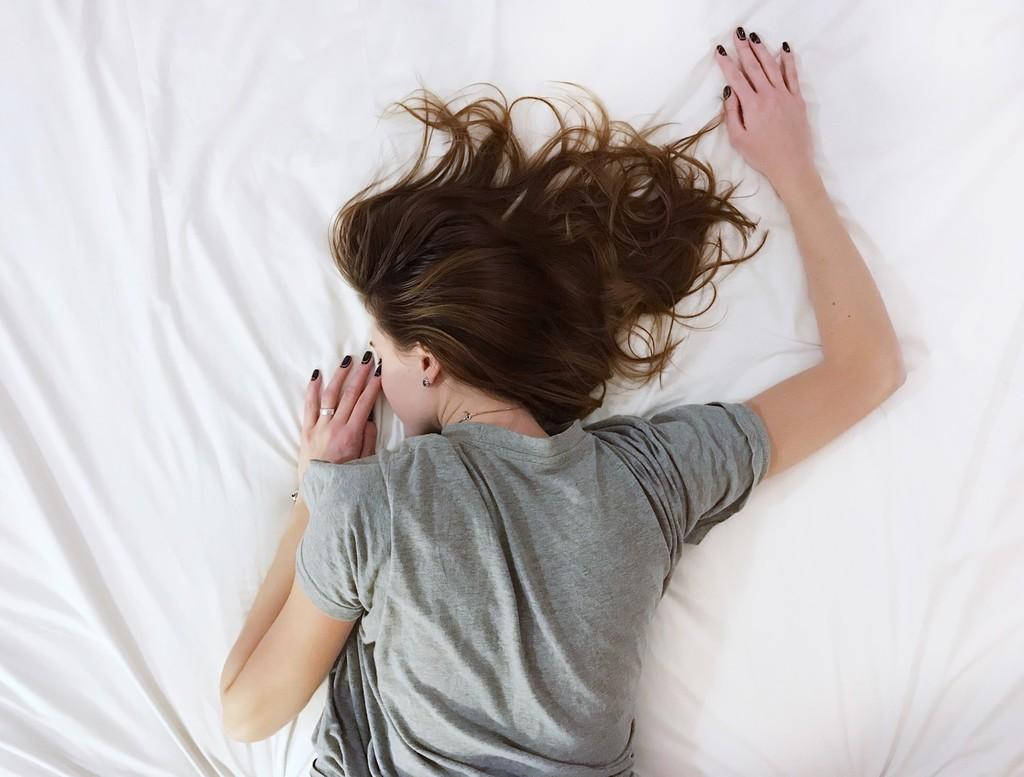 Cómo dormir mejor durante el confinamiento: cuatro posturas de Yoga que te ayudan a relajarte