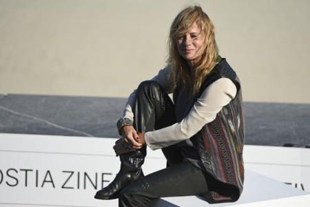 Emma Suárez es una rocker a los 50 en el Festival de San Sebastián