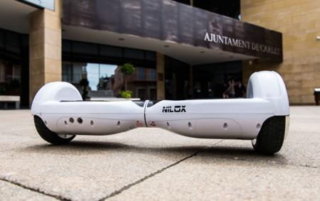 Hoverboard frente a un ayuntamiento