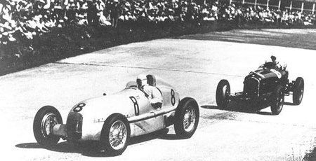 Mercedes seguido por un Alfa romeo