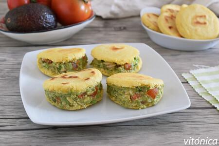 Arepas con harina de garbanzos y relleno de ensalada de aguacate y atún: receta saludable sin gluten