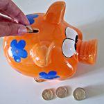 Los españoles ahorramos poco e invertimos mal
