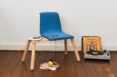 Enma, una silla con mesa auxiliar