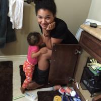 """La foto que demuestra que la maternidad no es siempre """"preciosa"""": dando el pecho en el inodoro"""
