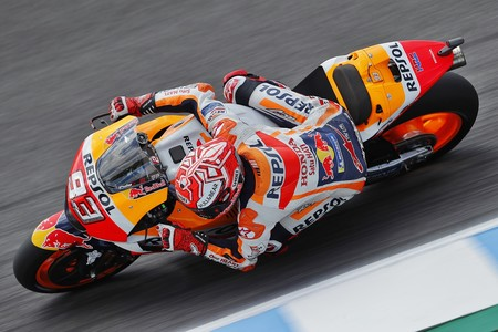 Marc Márquez triunfa en Jerez y se destaca como líder de MotoGP tras la caída múltiple de los favoritos