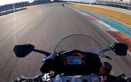 ¡Tremendo! Este vídeo onboard nos enseña a la Aprilia RS 660 rozando los 230 km/h y cerca del corte