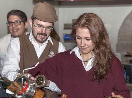 alumna de la Escuela de Hostelería Hofmann iniciándose en el arte de cortar Jamón