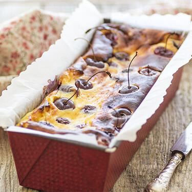 Receta de cake de queso y cerezas, un postre fresco y sabroso para las tardes de verano