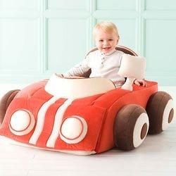 Un coche de peluche para pequeños conductores