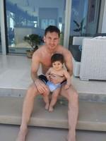 Y ahora resulta que lo de Messi era todo una ilusión óptica, ¡que abraza a su nene Thiago!