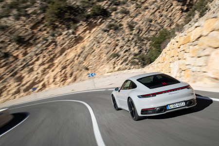 Porsche 911 992 trasera en carretera
