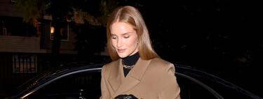 Vuelve la época del abrigo camel y como lo lleva Rosie Huntington-Whiteley en el 'Bottega Veneta Salon 01 London' es como se lleva este año