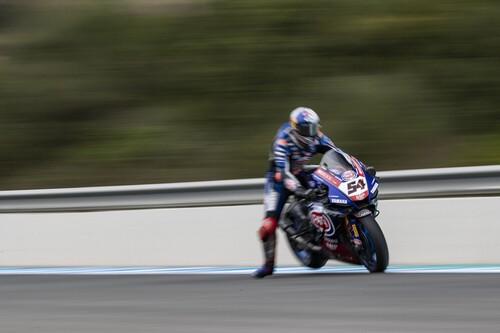 Toprak Razgatlioglu bate a Jonathan Rea en una tensa carrera de Superbikes en Jerez