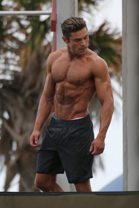 Los músculos de Zac Efron a debate: ¿se le ha ido de las manos lo de ir al gimnasio?