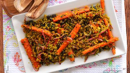 Ensalada de quinoa y cúrcuma con zanahorias en escabeche. Receta saludable