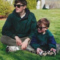 Con ayuda de Photoshop, un joven se agrega a sí mismo ahora como adulto en sus fotografías de la infancia