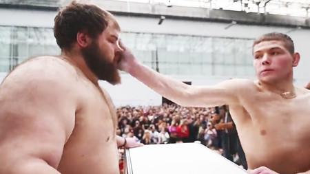 Hoy, en cosas rusas, competiciones deportivas de bofetadas: aguantar tortazos hasta que revientes