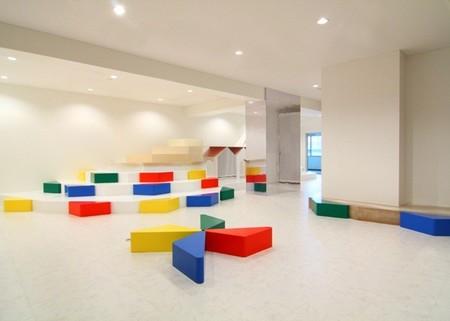 Color y dinamismo en la decoración de una zona de juegos para niños en Japón