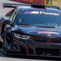 Este BMW i8 ni es híbrido ni tiene tres cilindros: es una bestia de carreras... ¡con motor V8 atmosférico!