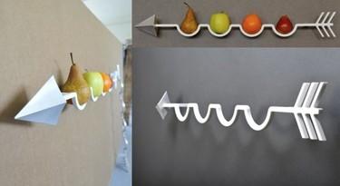 Un frutero de pared con forma de flecha
