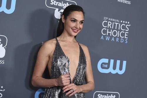 Gal Gadot no deja la armadura de Wonder Woman ni para ir a los Critics'Choice Awards 2018