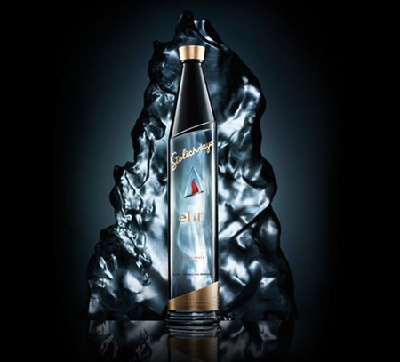 The Himalayan Edition Vodka de elit by Stolichnaya, exclusivo oro transparente