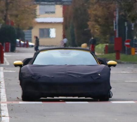 Dicen que han cazado al nuevo Ferrari V6, pero con este manto podría ser hasta el Ferrari SF90 Spider