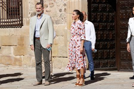 Este es el estilismo de Doña Letizia Ortiz que triunfará este verano: vestido midi con estampado floral y alpargatas de cuña alta