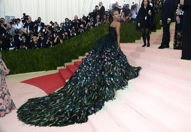 Zoe Saldana se marca un Rihanna en la Gala del MET 2016 (pero ella sí lo borda)