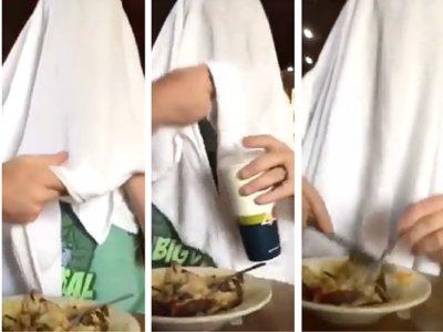 Un padre come cubriendo su cabeza con una sábana para hacer ver lo ridículo que es taparse al amamantar