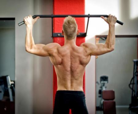 Diferentes ayudas a la hora de hacer dominadas de dorsal