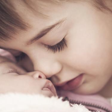 La increíble fotografía de una niña de 8 años asistiendo en el nacimiento de su hermanita