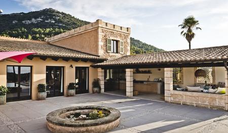 Sonrisa es el sugerente nombre de una villa mallorquina que mezcla la tradición del exterior con otros estilos en el interior