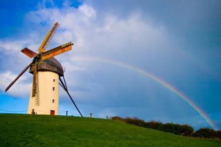 ¿Por qué los molinos de viento en Irlanda giran para el otro lado?