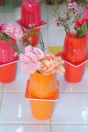 Flores y plásticos: improvisando jarrones
