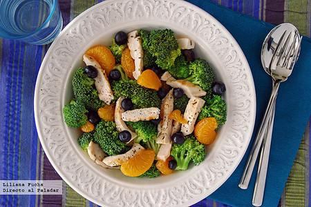 Receta ligera de ensalada de brócoli y fruta con pollo a la parrilla