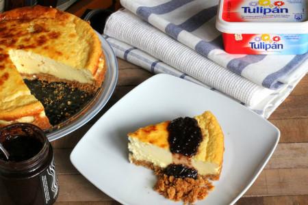 Tarta esponjosa de queso y galletas. Receta con margarina Tulipán