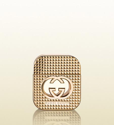 Tachas doradas para la fragancia Gucci Guilty Stud