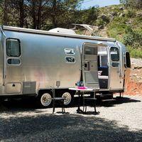 """Con Airbnb puedes hacer """"Glamping"""" alojándote en una Airstream o caravana de diseño y disfrutar de la naturaleza"""