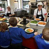 Frutas y verduras gratis para los pobres: el plan que estudiará Reino Unido para luchar contra la obesidad