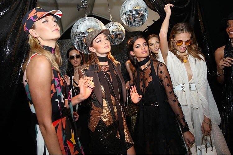 Foto de Gigi Hadid y Hailey Baldwin desfilan en la colección más ochentera de Elie Saab (7/22)