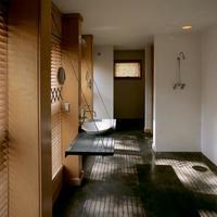 Puertas abiertas. Una encimera de baño suspendida