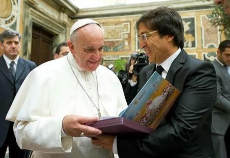 Aula365 ha hecho entrega del ejemplar construido en la comunidad educativa al Papa Francisco en el Vaticano