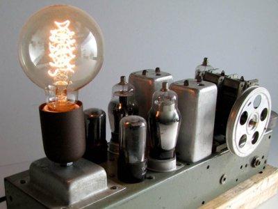 Radios que se convierten en lámparas, gracias a La Reciclería