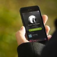Spotify negocia conseguir contratos a largo plazo para pagarle menos a las discográficas