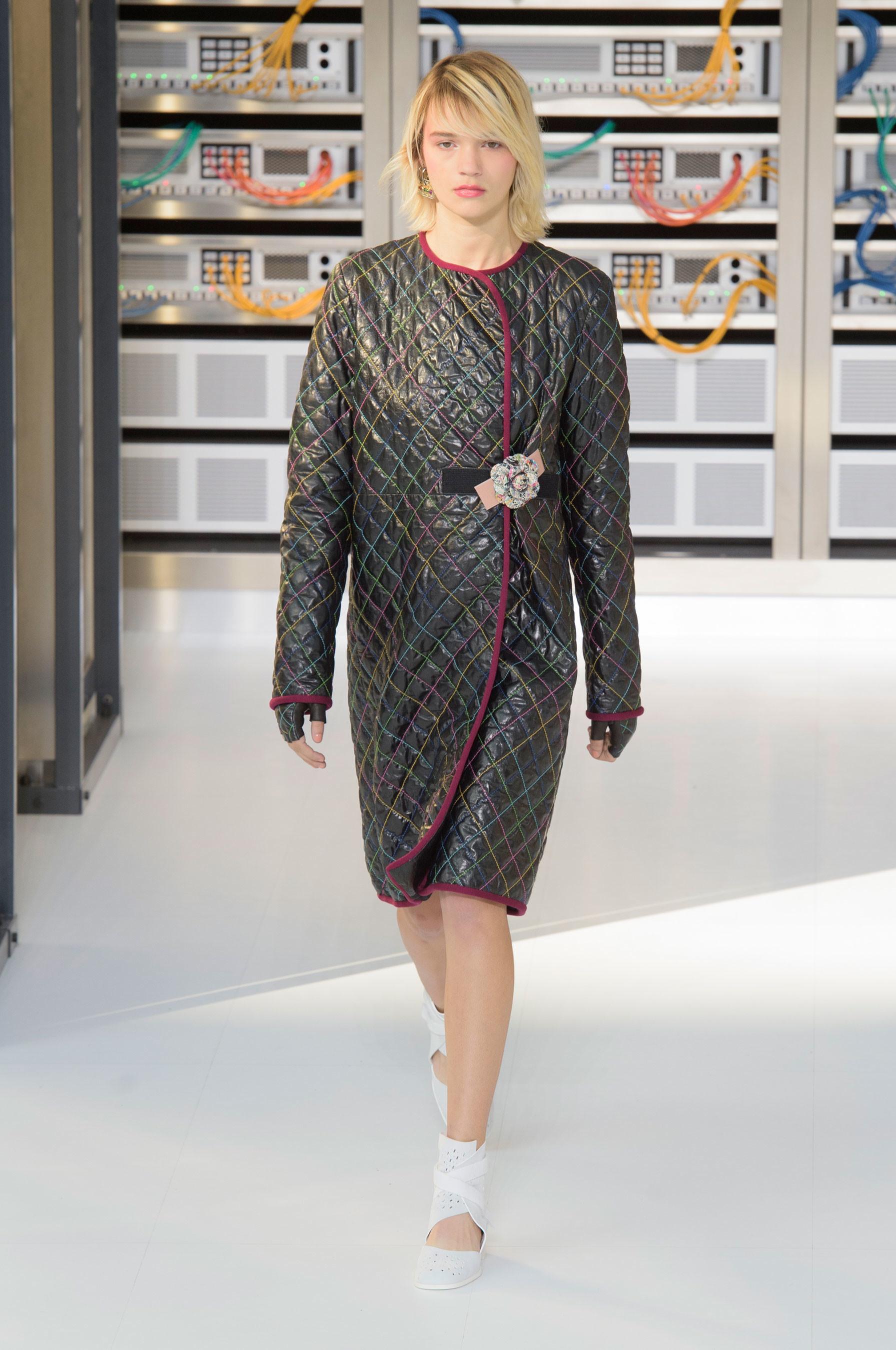 Foto de El regreso al futuro de Chanel en su colección Primavera-Verano 2017 (30/96)