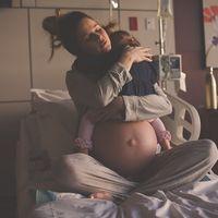 La emotiva foto de una madre abrazando a su hija antes de darle la bienvenida a un nuevo bebé