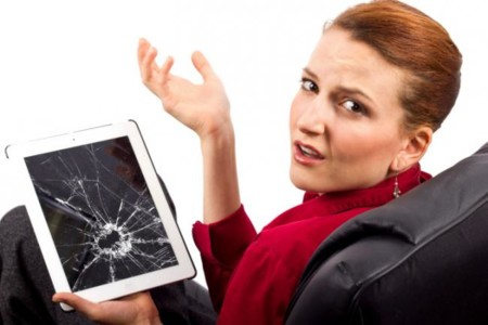 mujer y tablet rota