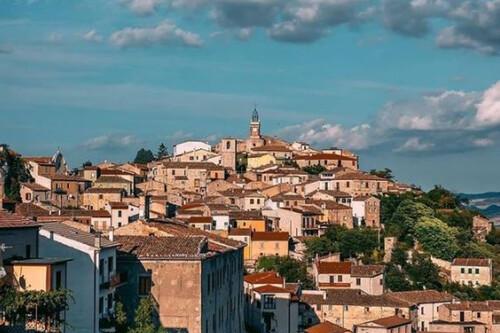 Un pueblo medieval italiano, vende sus casas a partir de un euro a quien quiera mudarse allí